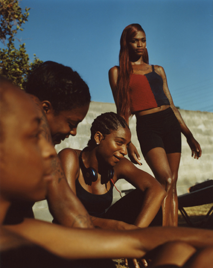 Kaelyn and the girls, from the series Frères d'une île pas très proche, 2018 © Durimel