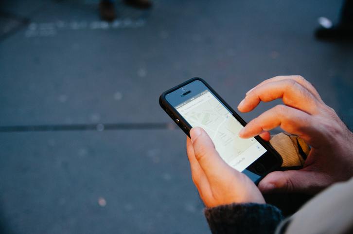 有人利用手机