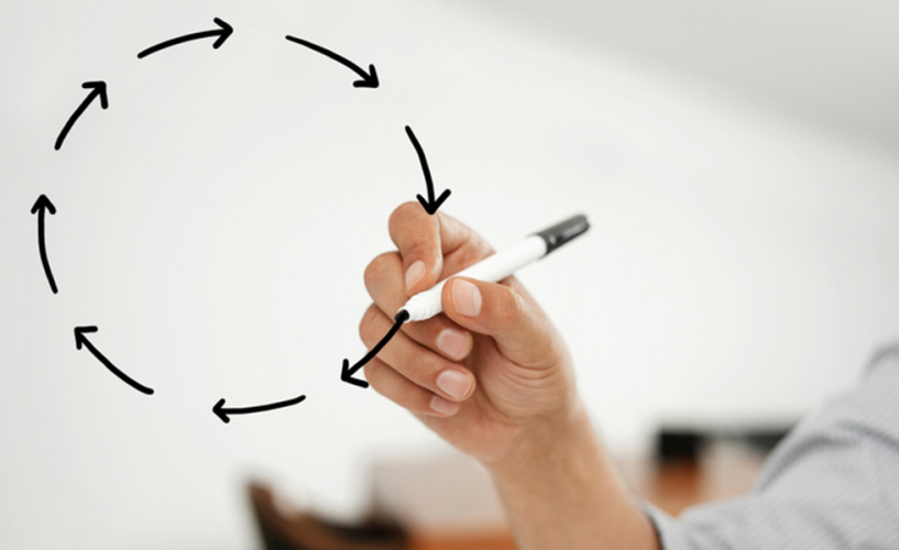 """Businessman drawing """"Closed loop"""" topic on a virtual glass board"""